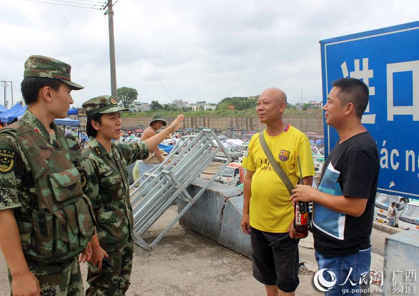 图为官兵深入互市点宣传台风防御知识