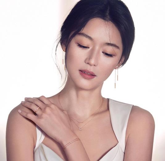 全智贤最新公开写真白皙肌肤+卡通锁骨散发优桌面性感动性感图片