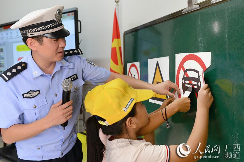 民警帮助学生了解交通安全标志