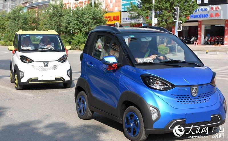 """环保三江""""首批宝骏E100新能源汽车交车仪式,数名车主试驾新车高清图片"""