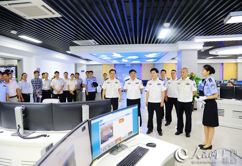 广西公安厅党委委员、副厅长李跃一行到智慧警务作战中心进行实地检查指导。