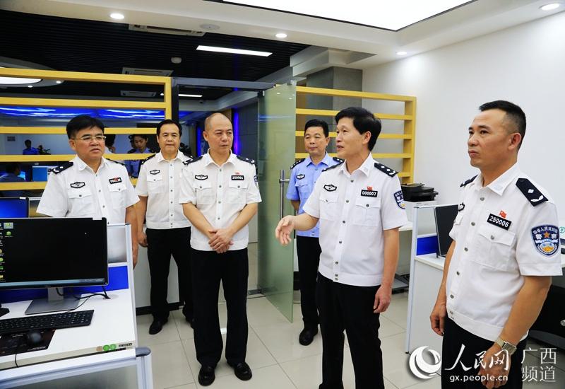 广西公安厅党委委员、副厅长李跃(右二)一行到智慧警务作战中心进行实地检查指导。