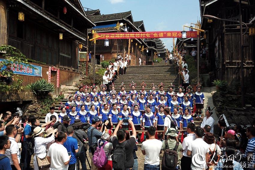 10月3日,在三江侗族自治县林溪镇冠洞村冠小屯,人们在欢唱拦路歌喜迎宾客