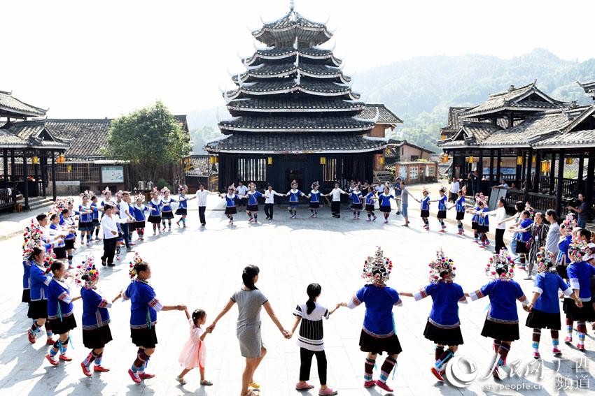 10月3日,在三江侗族自治县林溪镇冠洞村冠小屯,人们在欢跳多耶