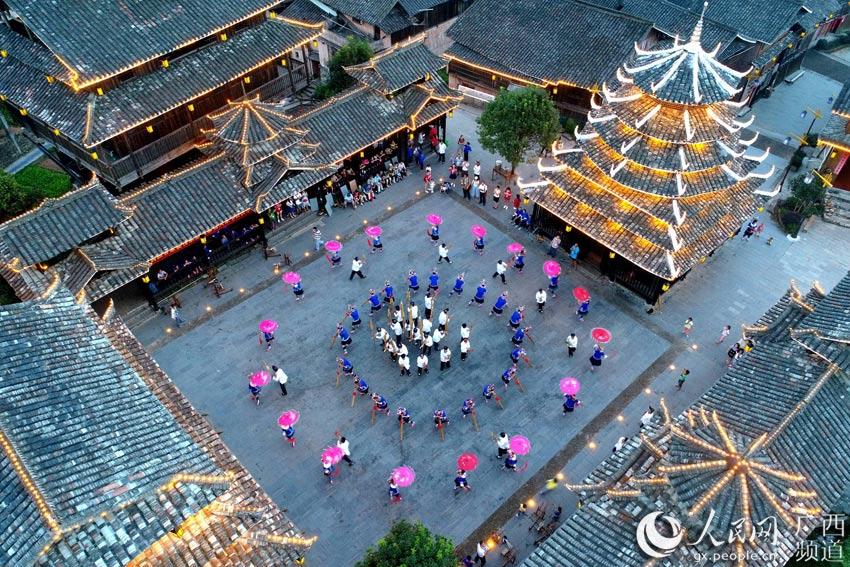 10月7日,人们在三江侗族自治县林溪镇冠小屯表演芦笙踩堂