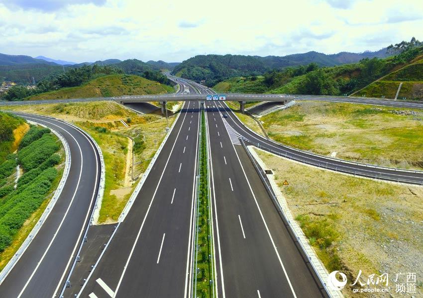 高速公路航拍 航拍下的贵港至合浦高速公路风景宜人……【详细】