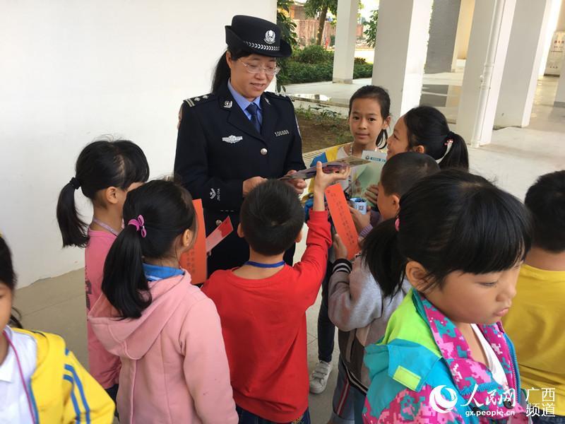 隆安基层平安高中警方行v基层走进宝塔校园胸罩照片女孩小学戴的图片