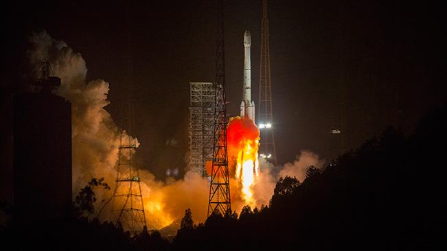 组图:我国成功发射阿尔及利亚一号通信卫星