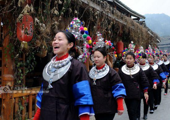 广西侗寨百余出嫁女盛装回娘家