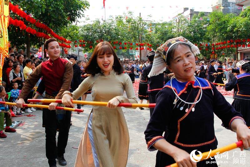 大新:中越边民欢度观音诞侬垌节