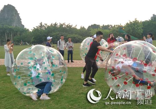 游客在景区内玩耍