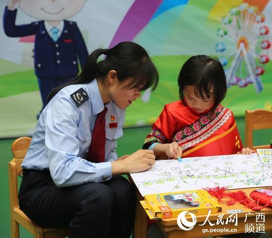 """三月三""""即将到来之际,都安瑶族自治县国税局,地税局联合该县文化幼儿"""