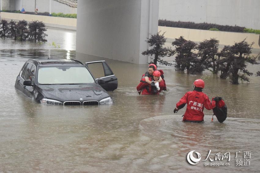 暴雨突袭桂林:车辆被淹 多人受困获营救