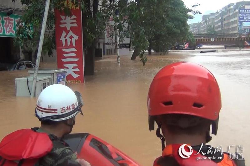 广西陆川:洪水来袭 消防破窗拆门救出11人