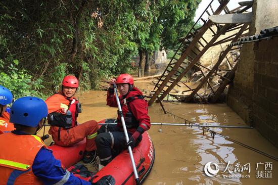"""洪水突袭数百人被困""""孤岛"""" 生死救援全记录"""