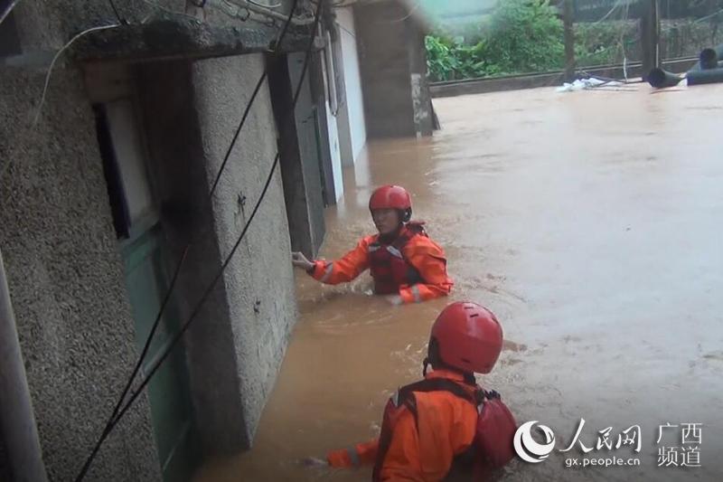 """陆川:洪水来袭 消防""""破窗拆门""""救出11人"""