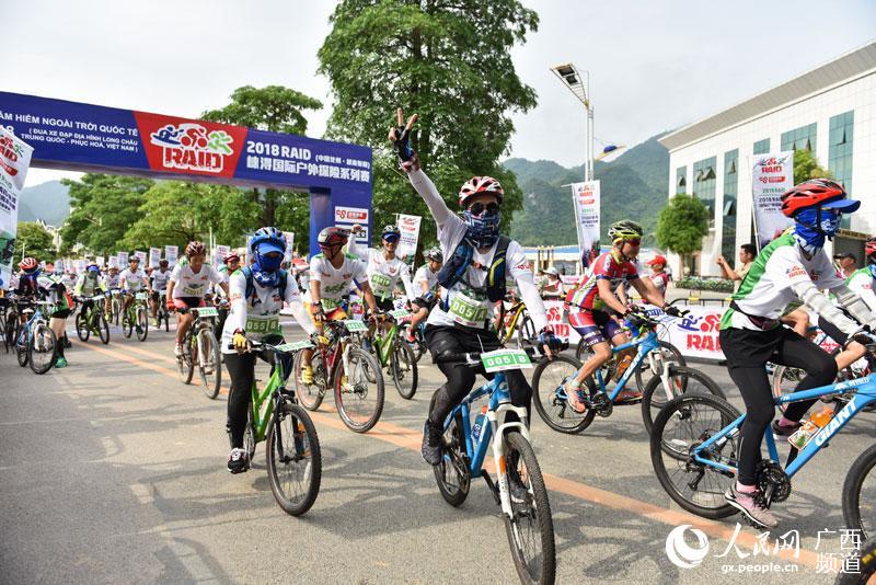 自行车比赛选手从起点出发(胡志鹏 摄)
