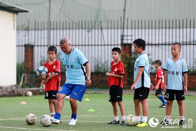 广西钦州:足球训练丰富暑假生活
