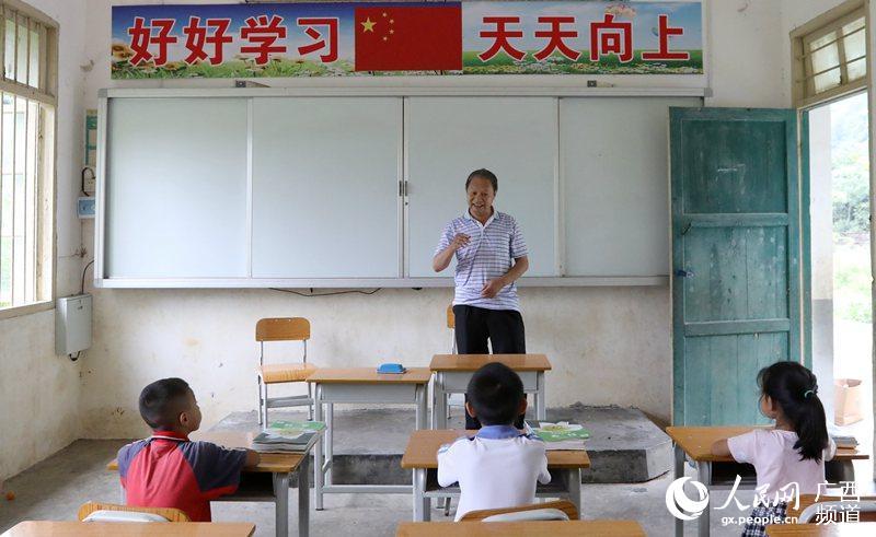 """李朝文老师给三名一年级新生上""""开学第一课""""(覃庆和/摄)图片"""