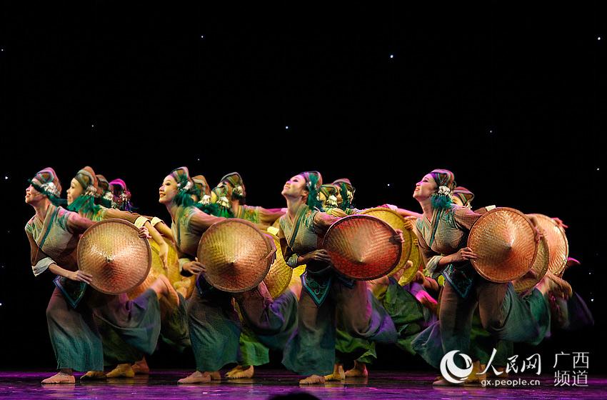 由广西大学艺术学院带来的群舞《田间・斗笠》