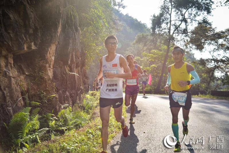 """奔跑吧广西""""桂平站:3000余名选手山林间竞跑"""