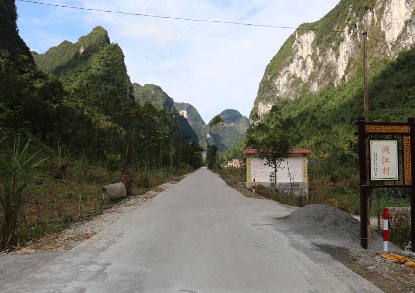 六甲镇至拔贡镇水泥路笔直通过洞江村