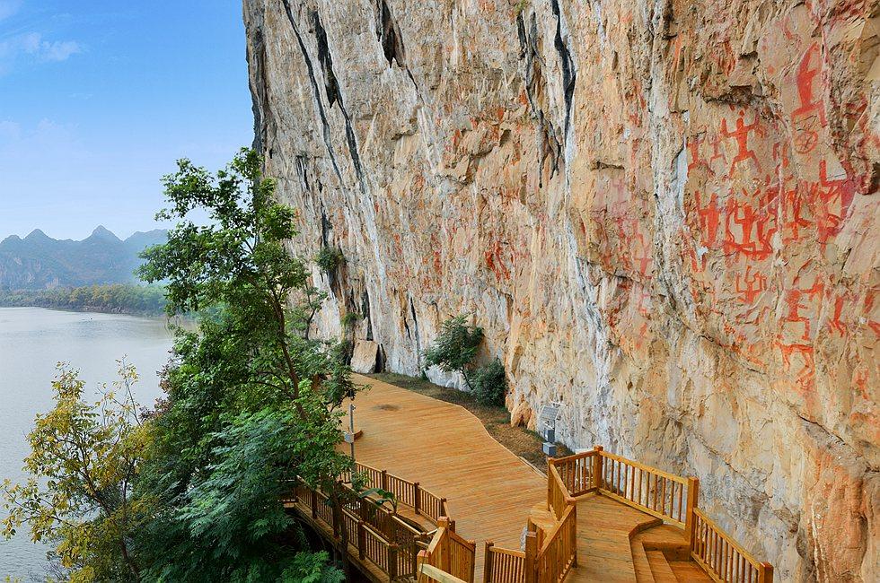 宁明花山花山,位于广西明江之滨,距离宁明市区25公里,海拔1885米。因悬崖上有雄伟壮观的两千多年前骆越先民所作的图画而闻名世界,直到当今研究毫无结果而成为千古之谜。