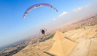 滑翔爱好者空中俯拍金字塔 画面令人叹为观止