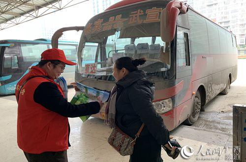 图为志愿者为乘客宣传安全知识(黄远来 摄)