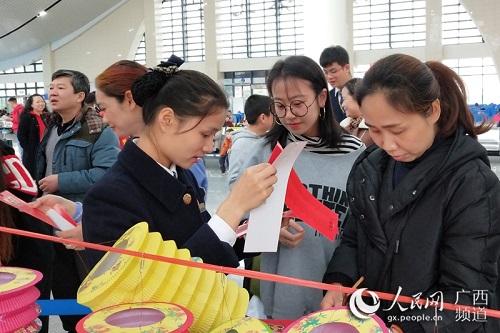 """广西防城港:高铁站里闹元宵动车带着边城""""飞"""""""