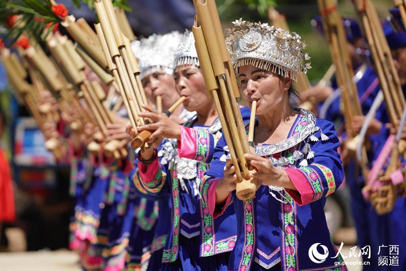 侗族同胞在新鼓楼前吹芦笙