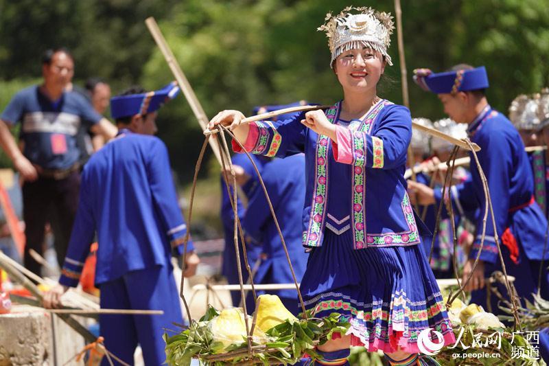 侗族同胞在准备百家宴