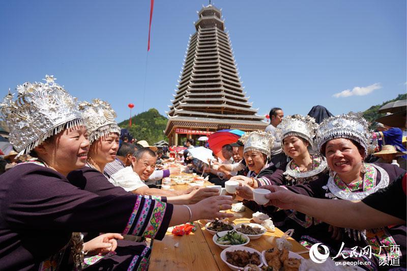 侗族同胞在新鼓楼吃百家宴