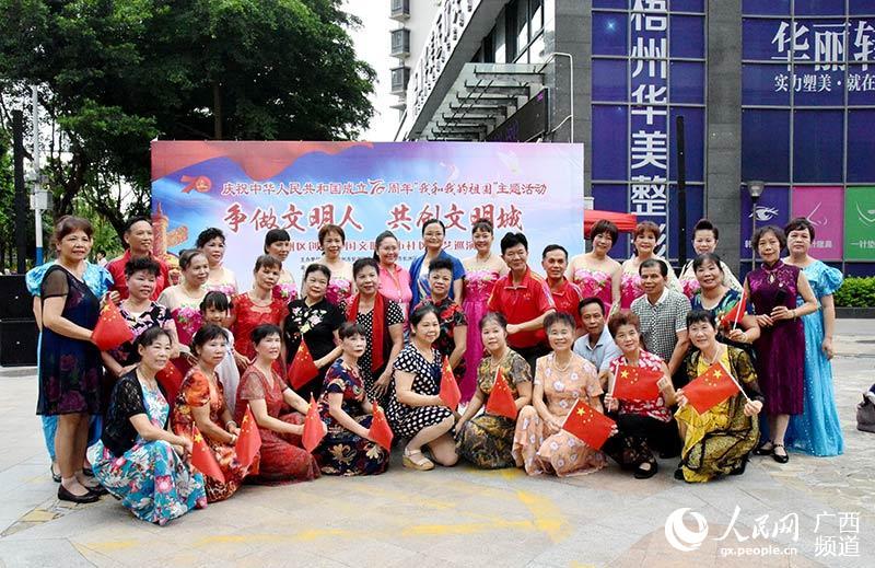 文艺志愿者踊跃参与创建文明城市活动