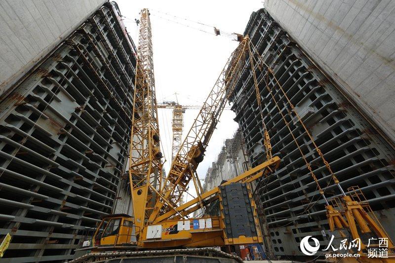 大藤峡工程船闸下闸首人字门主体结构安装完成