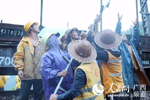 强项队员冒雨修复接触网设备(罗挺 摄)