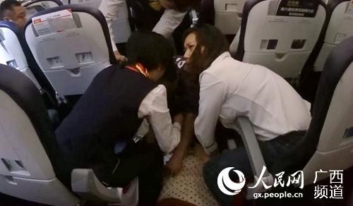 旅客万米高空突发疾病 航班紧急备降开展生命救援