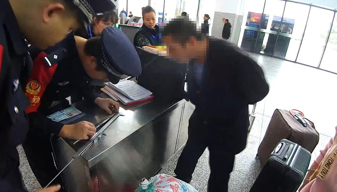 男子携35厘米尖刀进火车站被百色铁路警方拘留