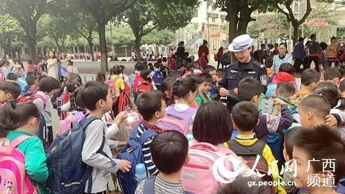 图为桂平交警在校园内向学生进行交通安全宣传。辛一鸣摄