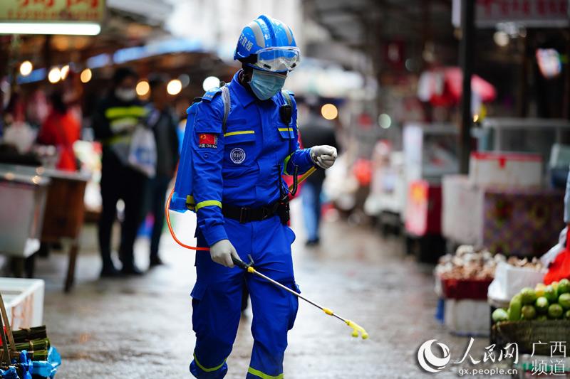 消毒防疫保安全。黄勇丹摄