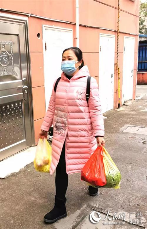 吴丹买了菜送去杨大姐家。张相兵摄