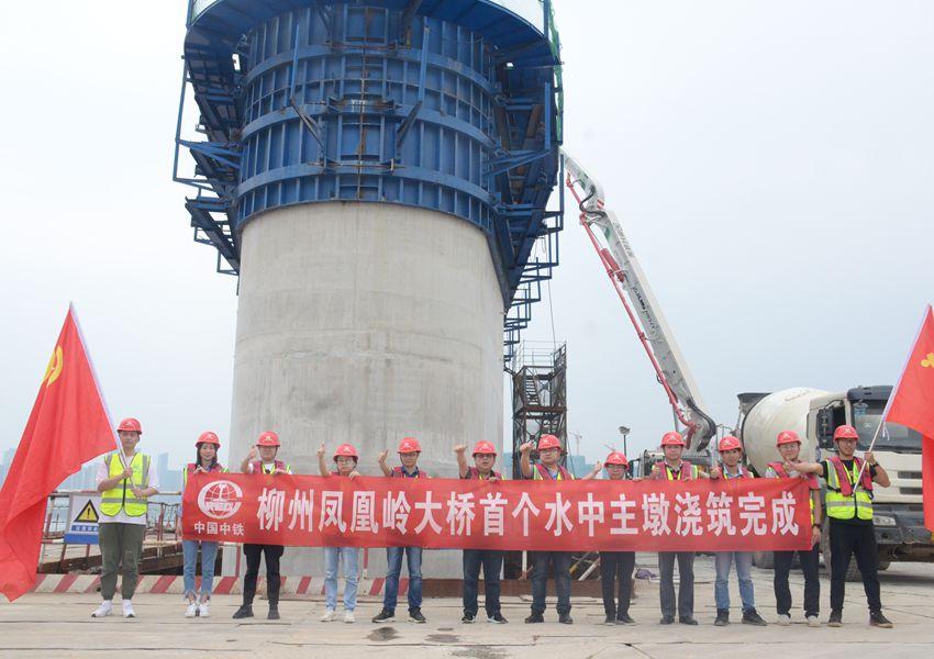 柳州凤凰岭大桥施工现场。李群摄