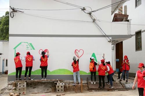 志愿者们正在进行墙绘。团贵港市委供图