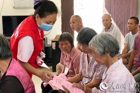 平果妇幼开展走进社区关爱老年人心理健康志愿服务活动