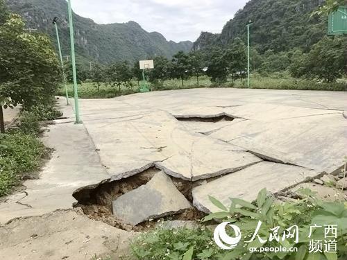 塌陷后的新荣庄篮球场。韦露摄