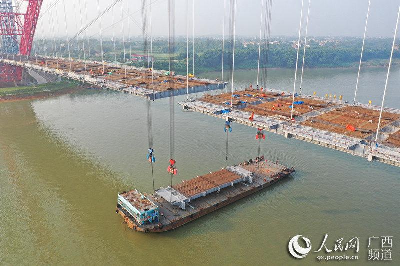 广西平南三桥桥面格子梁顺利合龙