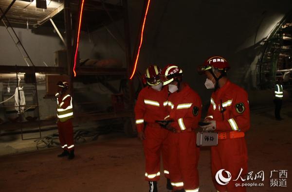广西乐业在建隧道塌方致9人被困 直击现场救援