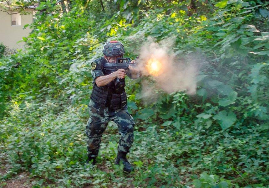 武警官兵实施火力打击。