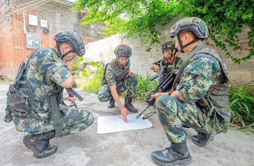 武警官兵制定作战方案。