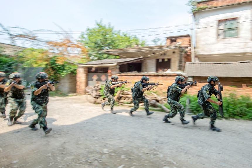 武警官兵快速追击。